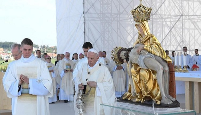 Pope at Mass upholds Mary to Slovaks as model of faith